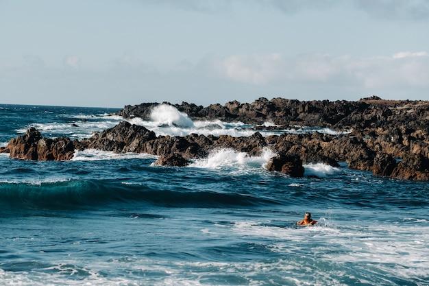 大西洋の波は沿岸の岩の上で砕けます。