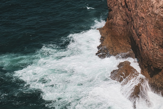 Морские волны разбиваются о скалы