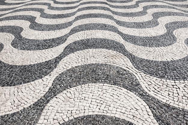 ポルトガルの伝統的なスタイルのタイル張りの床の波、ロッシオ広場、リスボン