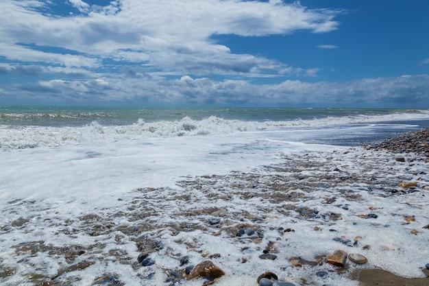 지중해의 자갈 해변에 파도입니다. 가을의 터키. 알라냐. 자연 배경입니다. alanya의 자갈 해변입니다.
