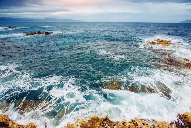 Волны на морском пейзаже