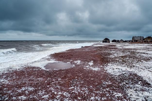 古い漁村の岸に波が転がる