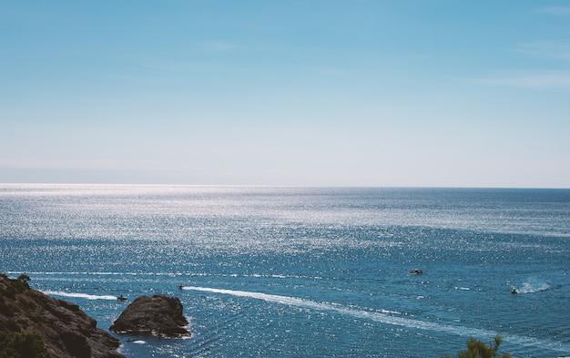 日当たりの良い熱帯の海の波水表面のテクスチャ。