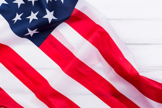 Развевающийся американский флаг на белом фоне