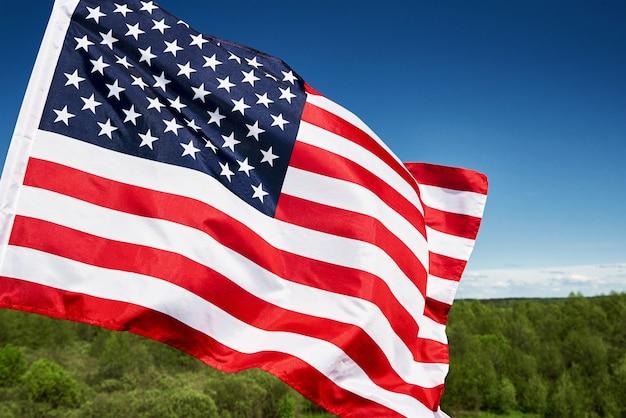Развевающийся американский флаг на открытом воздухе национальный флаг сша на фоне голубого облачного неба день независимости 1 июля