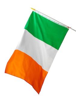 Развевающийся национальный флаг ирландии, изолированные на белом фоне
