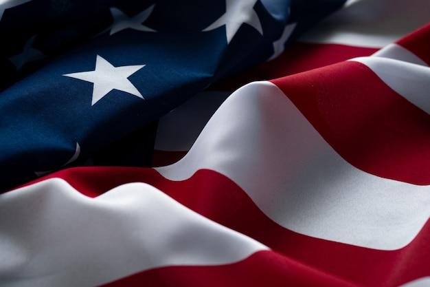바람에 나부끼는 물결 모양의 미국 국기