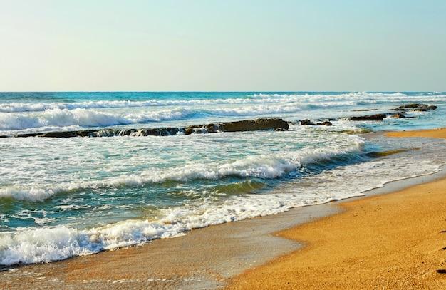 Волнистое средиземное море на закате