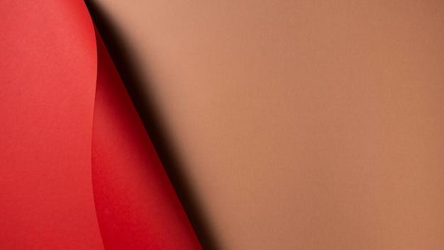 波状の赤い紙とコピースペースの茶色の紙