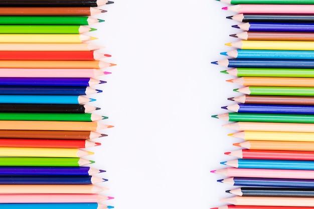 明るい鉛筆の波打つ列