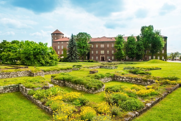 ポーランド、クラクフのヴァヴェル大聖堂。緑の芝生が城を襲う