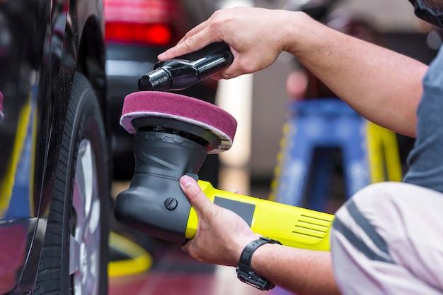 Воск на полировальной машине для полировки кузова автомобиля