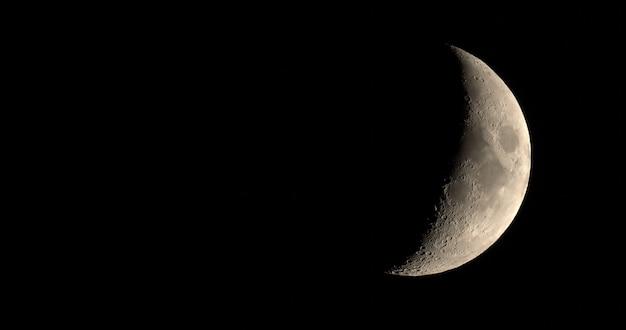 망원경으로 본 초승달