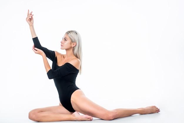 여성을 위한 왁싱. 스파 발 마사지. 흰색 절연 섹시 한 여자입니다. 날씬한 몸매의 여성. 여성 건강 관리. 탈모 발 피부 아름다움. 제모 및 정맥류. 살롱에서 산성 페디큐어.
