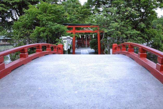 Путь по японскому мосту ведет к воротам храма.