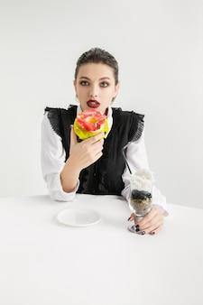Siamo quello che mangiamo. la donna sta mangiando cibo in plastica, concetto di eco