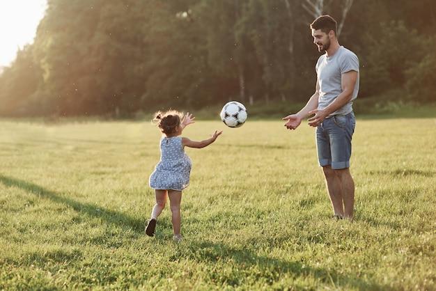 私たちは時々ごまかすことができます。手は大歓迎です。熱狂的なお父さんは娘に彼の好きなゲームをする方法を教えます。それはサッカーであり、小さな女の子でもそれをプレイすることができます。