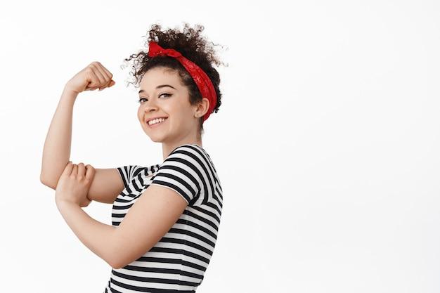 私たちはそれを行うことができます。女性の力とフェミニズムの概念。強くて自信のあるブルネット