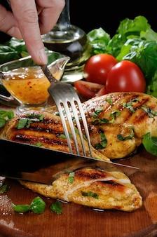 Нарезаем кусочками куриную грудку гриль для приготовления теплого салата.