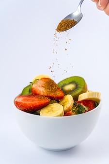 Мы заканчиваем с небольшим количеством коричневого сахара, рецепт фруктового салата с киви, клубникой, бананами