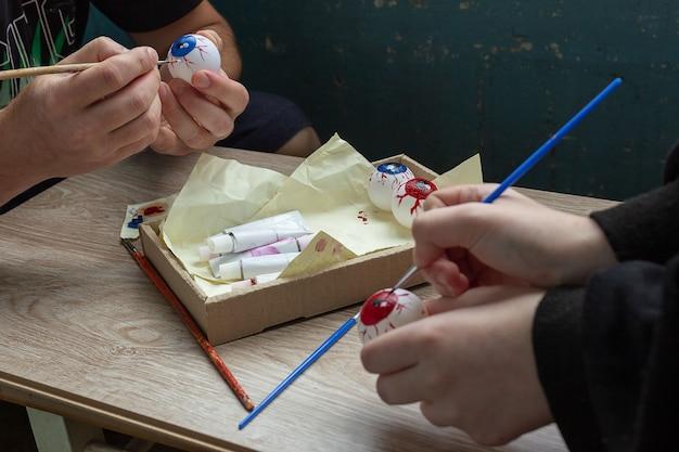 ハロウィンの飾り付けをしたり、テニスボールにペンキで眼球を塗ったりします。子供とdiyの工芸品