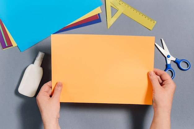 私たちは色紙で魚を作ります。ステップ1