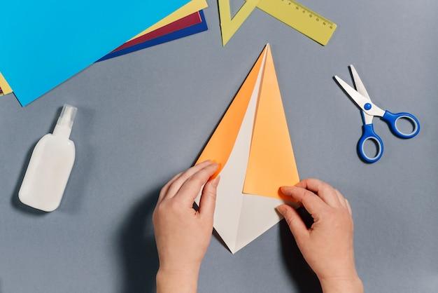 私たちは色紙で魚を作ります。ステップ3