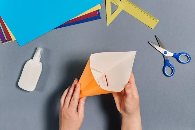 私たちは色紙で魚を作ります。手順6