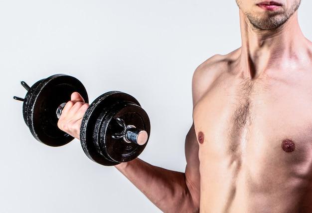 Слабый мужчина поднимает вес гантели бицепс мышцы фитнес ботан мужчина поднимает гантели