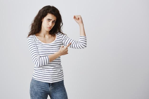 Слабая глупая девушка жалуется на мышцы