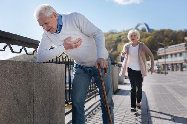 약한 화가 깔끔한 남자가 걷고 불쾌감을 표현하는 동안 부드러운 여자 가이 남자를 따라 속도를 내고 있습니다.