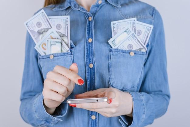 부유한 종이 사람들은 쇼핑 통화를 확인하는 기업 터치 손가락 공급자 지갑 디지털 전송 수신 nfc 개념을 확인합니다. 배경에 격리된 휴대폰을 사용하여 여성의 손을 자른 사진