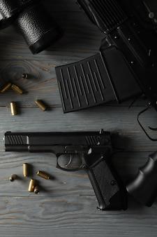 Оружие на сером деревянном, вид сверху