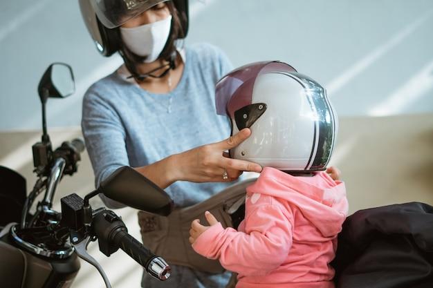 오토바이를 타기 전에 어린이의 안전을 위해 헬멧을 착용하십시오.