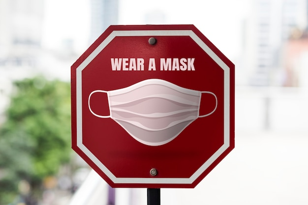 マスクの道路標識を着用する