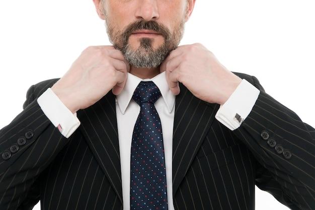 襟とネクタイを着用。男性の手はネクタイ、選択的な焦点を結びます。正式なネクタイコレクション。ネクタイを結ぶ。メンズアクセサリー。ファッションとスタイル。ドレスコード。