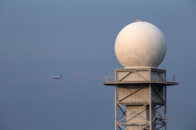 青い空と天気レーダータワー