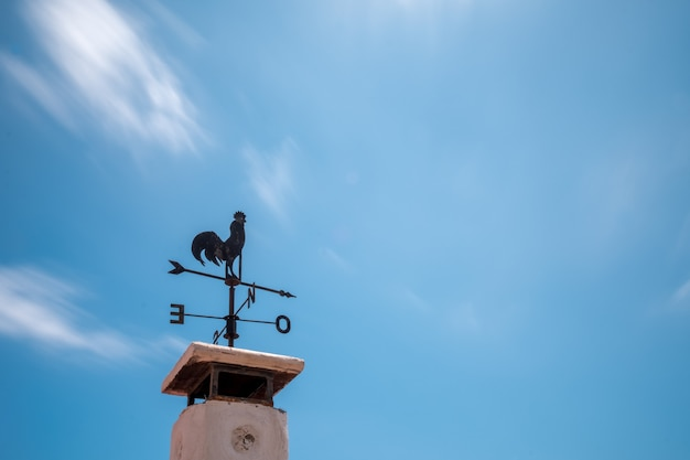 굴뚝 위에 풍향계
