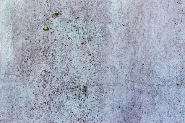 Выветренная, белая штукатурная стена с черными пятнами плесени и грибов и тонкие трещины