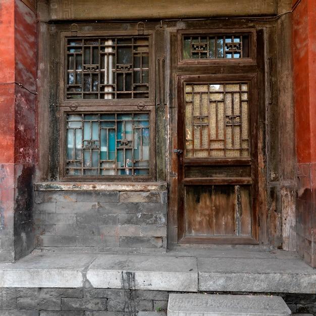中国、北京、紫禁城の帝国庭園の建物の扉付き風化窓