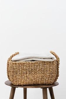 Плетеная корзина для белья на стуле