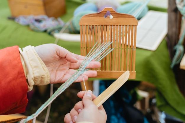 직조 공예. 전통적인 드레스 여자 손으로 작동