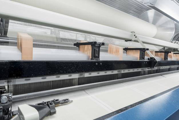 Ткацкий станок на текстильной фабрике, крупным планом. линия по производству промышленных тканей Premium Фотографии