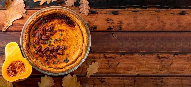 Веб-баннер традиционный американский тыквенный пирог с домашним тыквенным пирогом с орехами пекан на старых деревянных
