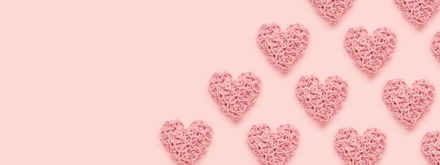 분홍색 배경에 발렌타인 하트 패턴으로 웹 배너. 복사 공간, 평평하다.
