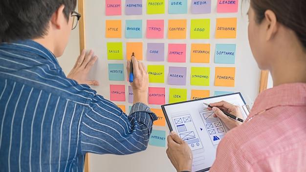 전략 계획을위한 브레인 스토밍 웹 디자이너. 사무실 보드에 할 일이 다채로운 스티커 메모. 사용자 경험 (ux) 개념.