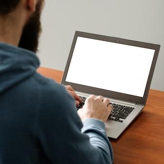 직장에서 웹 개발자입니다. 앱 만들기. 노트북에 코딩 하는 남자. 소프트웨어 프로그래밍. it 분야.