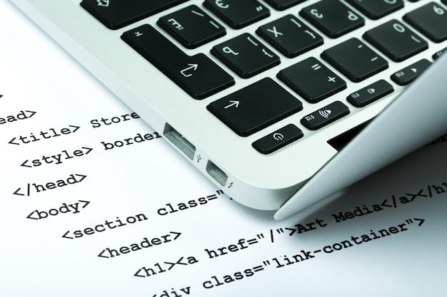 Web開発、コード、ラップトップコンピューター
