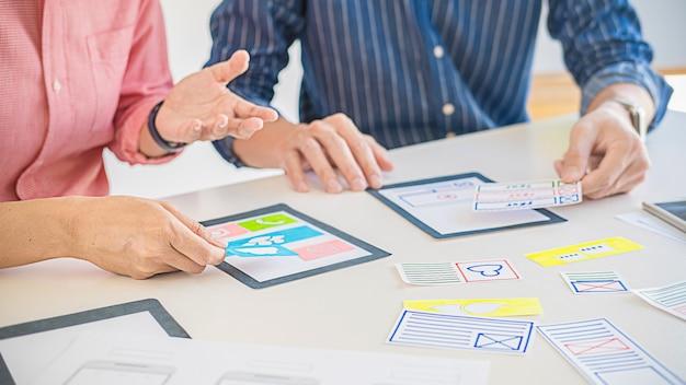 クリエイティブwebデザイナーの計画アプリケーションと開発テンプレートレイアウト、携帯電話用フレームワーク。ユーザーエクスペリエンス(ux)の概念。