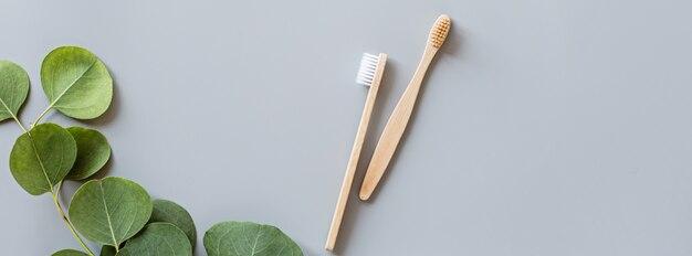 エコ天然竹歯ブラシフラットwebバナーは灰色の背景に置く